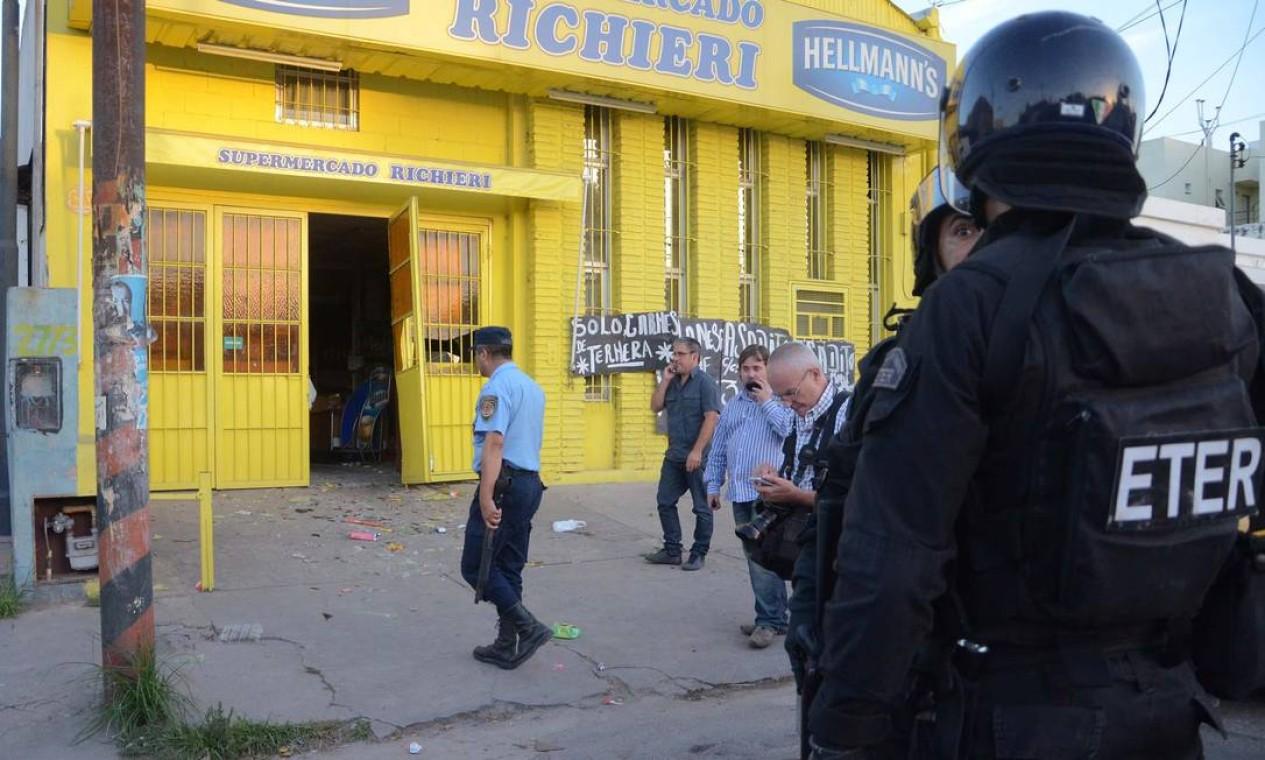 Os confrontos aconteceram em meio a uma greve dos policiais provinciais, que exigem reajustes salariais Foto: Irma MONTIEL / AFP
