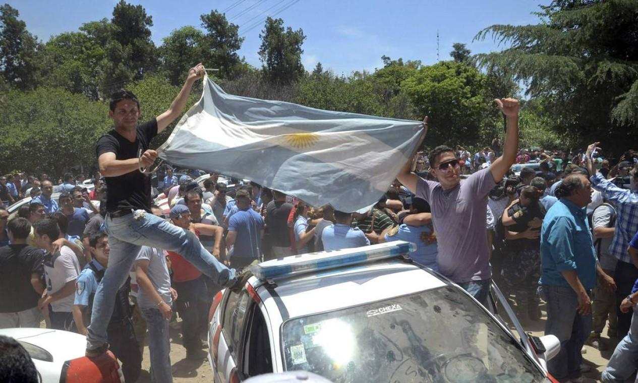 No fim da tarde, o governador e os policiais grevistas assinaram um acordo Foto: STRINGER/ARGENTINA / REUTERS