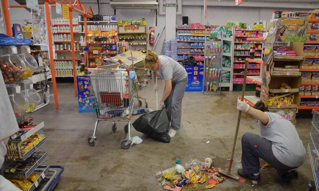 Funcionários tiveram que limpar lojas após invasão; ladrões se aproveitam da falta de luz na Grande Buenos Aires Foto: Irma MONTIEL / AFP