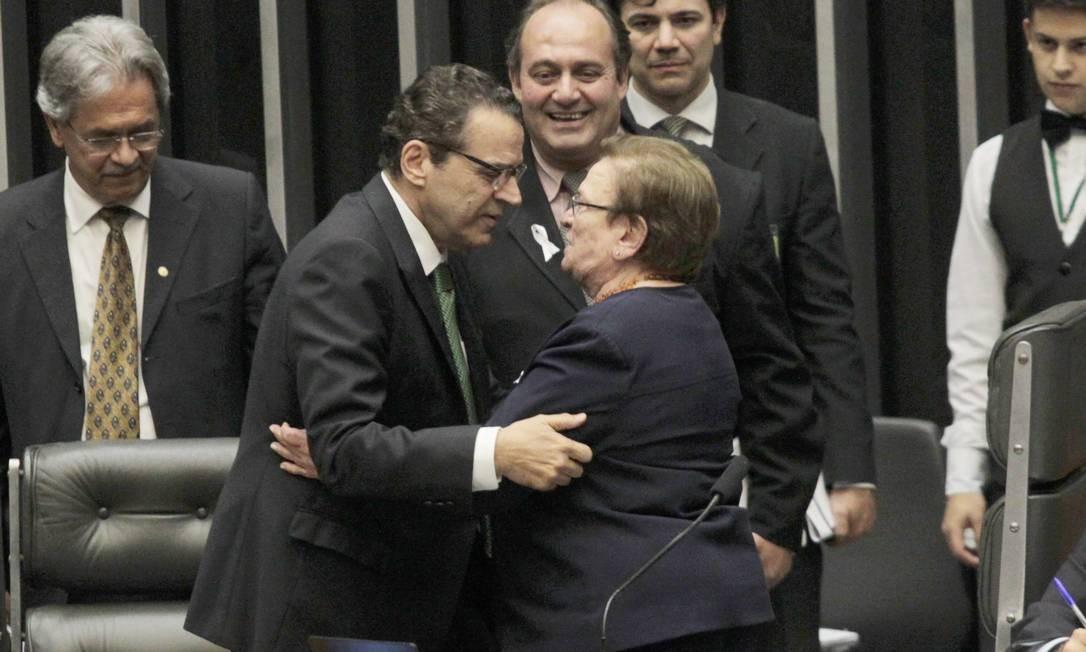 Presidente da Câmara, Henrique Eduardo Alves, cumprimenta a deputada Luiza Erundina (PSB-SP), durante votação da PEC-90/2011 Foto: Givaldo Barbosa / O Globo