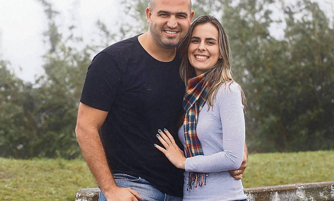 De Guapimirim para o mundo. Rafael e Amanda viajaram no dia 25 Foto: Márcio Alves / Márcio Alves