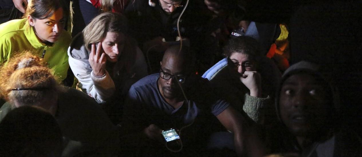 Pessoas escutam o pronunciamento do presidente Jacob Zuma anunciando a morte de Mandela Foto: SIPHIWE SIBEKO/REUTERS