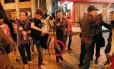 Tenente joga morteiro no chão para tentar incriminar jovem no Centro do Rio - Reprodução do vídeo feito em 30/09/2013
