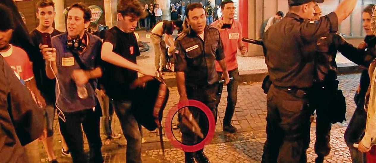 Tenente joga morteiro no chão para tentar incriminar jovem no Centro do Rio - Reprodução do vídeo feito em 30/09/2013 Foto: Lauro Sobral/Reprodução / Agência O Globo