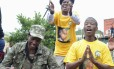 Sul-africanos dançam e cantam em Soweto em homenagem a Nelson Mandela