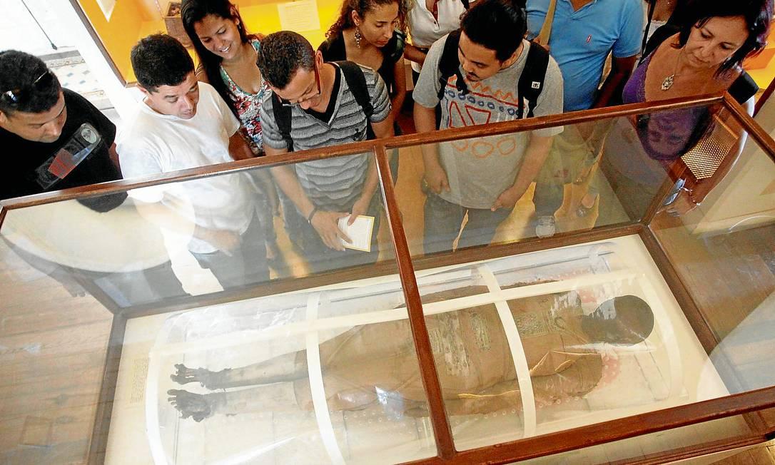 Visitantes observam Kherima, a peça mais popular do Museu Nacional: apenas nove múmias do mundo tiveram um tratamento externo do corpo tão detalhado Foto: Custódio Coimbra
