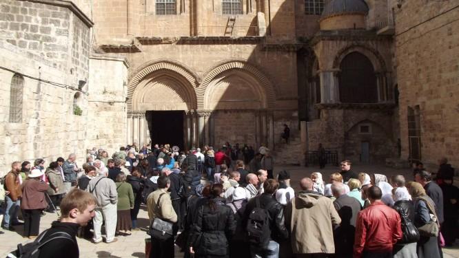 Fieis aguardam a vez de entrar na Igreja do Santo Sepulcro, na Cidade Velha de Jerusalém Foto: Daniela Kresch