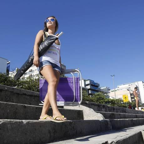 Andrezza Peçanha leva sua própria cadeira e guarda-sol à Praia do Leblon Foto: Camilla Maia / O Globo