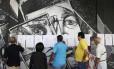Venezuelanos buscam números de identificação em listas numa sessão eleitoral de Caracas