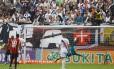 Manoel, fora da foto, cabeceia para abrir o placar para o Atlético-PR contra o Vasco. Resultado do jogo foi mantido