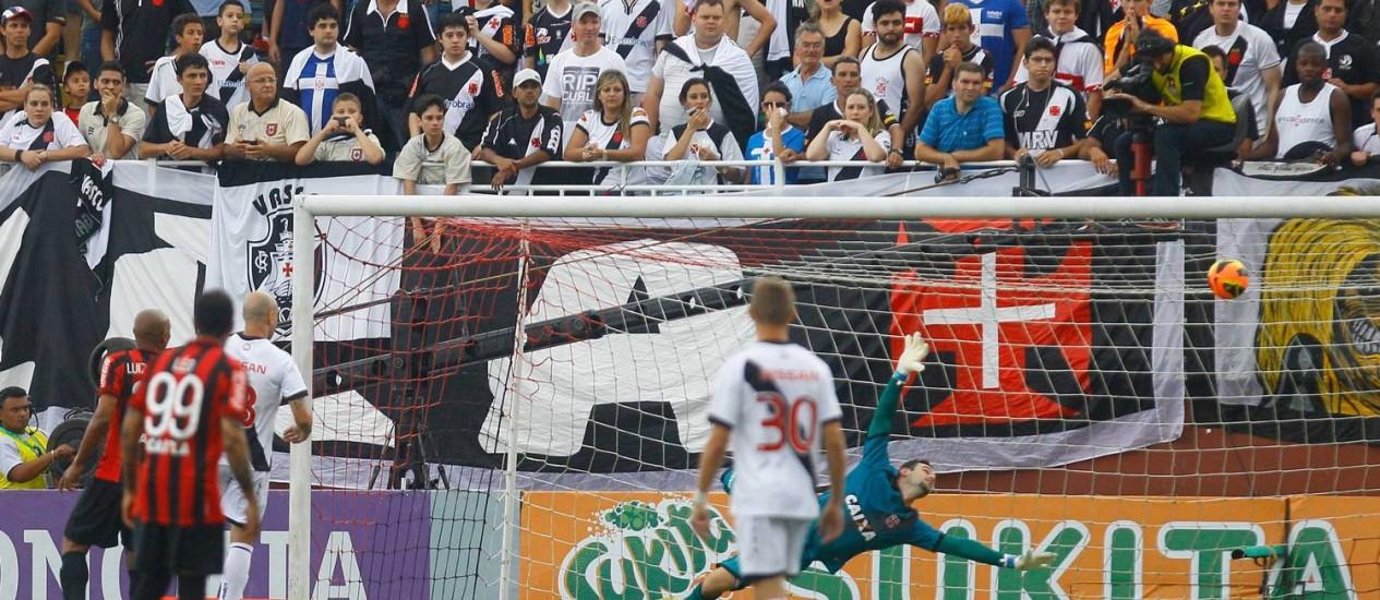 Manoel, fora da foto, cabeceia para abrir o placar para o Atlético-PR contra o Vasco. Resultado do jogo foi mantido Foto: Pedro_Kirilos / Agência O Globo