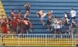 A violência entre torcedores de Atletico PR x Vasco em Joinville, na última rodada do Brasileirão 2013