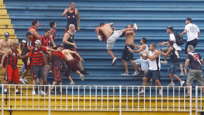 A violência entre torcedores de Atletico PR x Vasco em Joinville, na última rodada do Brasileirão 2013 Foto: Pedro Kirilos / Agência O Globo