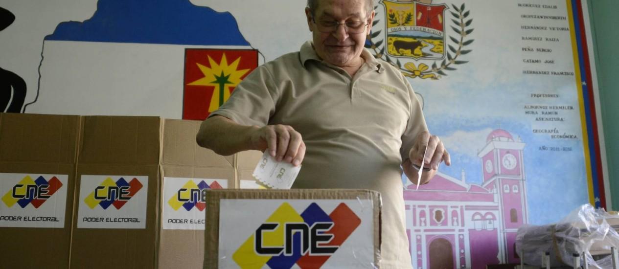 Idoso deposita seu voto em uma urna,em Caracas, ao participar das eleições municipais deste domingo, que acontece em todos os estados da Venezuela Foto: LEO RAMIREZ / AFP
