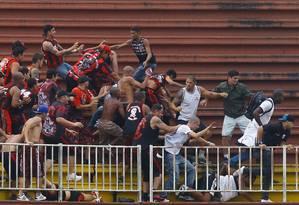 Integrantes de torcidas organizadas de Atlético-PR e Vasco se enfrentam nas arquibancadas em Joinville Foto: Pedro_Kirilos / Agência O Globo