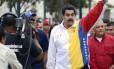 Presidente da Venezuela, Nicolás Maduro ergue o braço em sinal confiante antes de votar nas eleições municipais deste domingo em Caracas