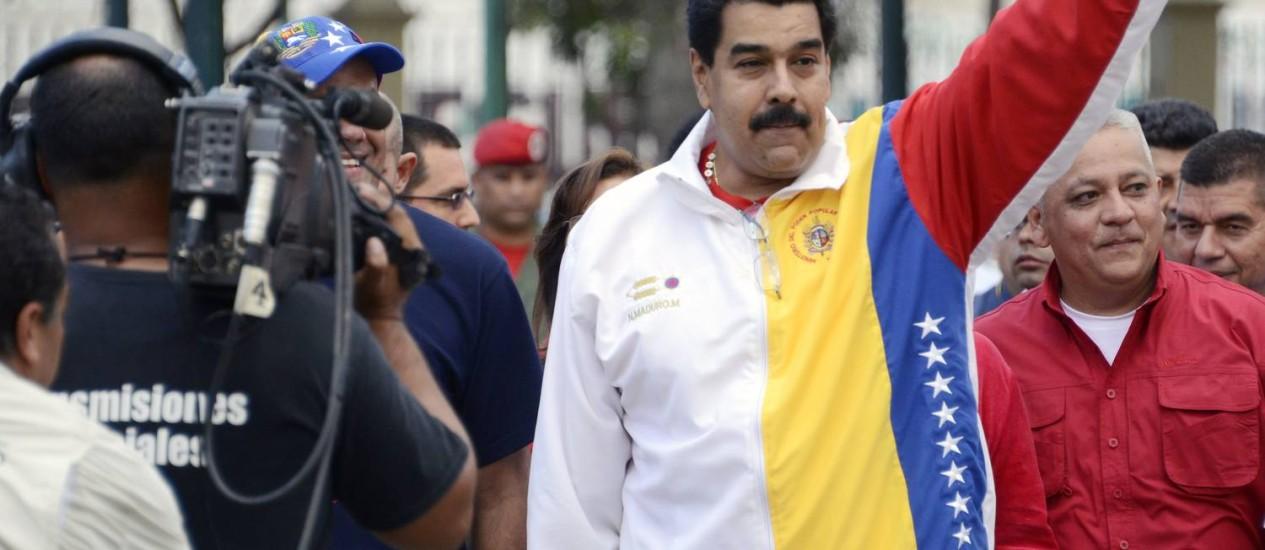 Presidente da Venezuela, Nicolás Maduro ergue o braço em sinal confiante antes de votar nas eleições municipais deste domingo em Caracas Foto: LEO RAMIREZ / AFP