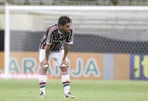 Desolado, Sóbis olha para o bando de reservas: Fluminense rebaixado Foto: Marcelo Carnaval / Agência O Globo