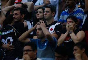 Torcedores do Vasco lamentam a nova queda do time Foto: Pedro_Kirilos / Agência O Globo