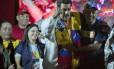 O presidente da Venezuela, Nicolas Madruo, comemora os resultados das eleições ao lado de Jorge Rodriguez, que foi reeleito prefeito do município Libertados