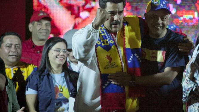 O presidente da Venezuela, Nicolas Madruo, comemora os resultados das eleições ao lado de Jorge Rodriguez, que foi reeleito prefeito do município Libertados Foto: Alejandro Cegarra / AP
