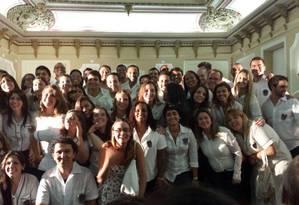 Parte da turma de formandos de 2001 voltou ao Pedro II, uniformizada, para colar grau 12 anos depois Foto: Reprodução da internet