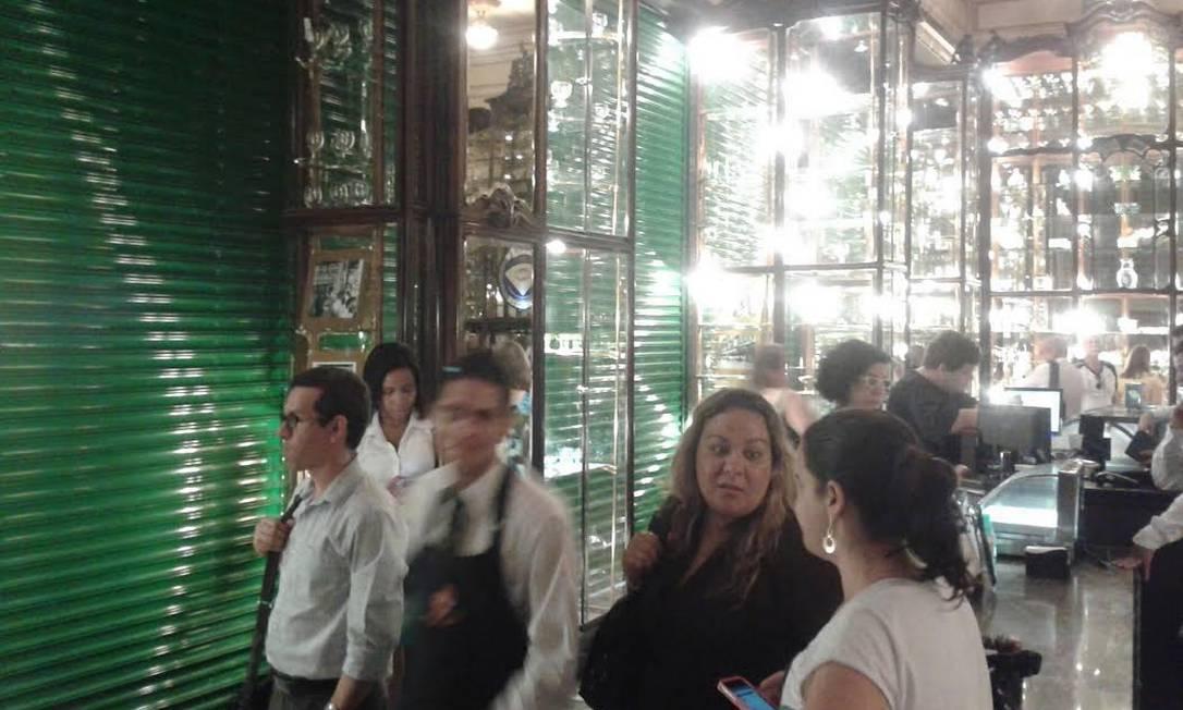 Clientes dentro de confeitaria, que fechou as portas Foto: Foto do leitor Simon Clift / Eu-Repórter