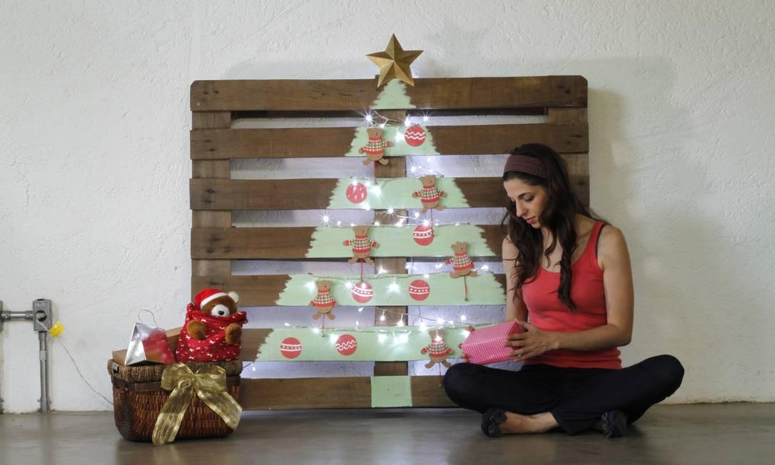Originalidade. A artista plástica Bianca Barreto fez sua árvore a partir de um pallet Foto: Terceiro / Divulgação/Sueli Pacci (Madame Criativa)