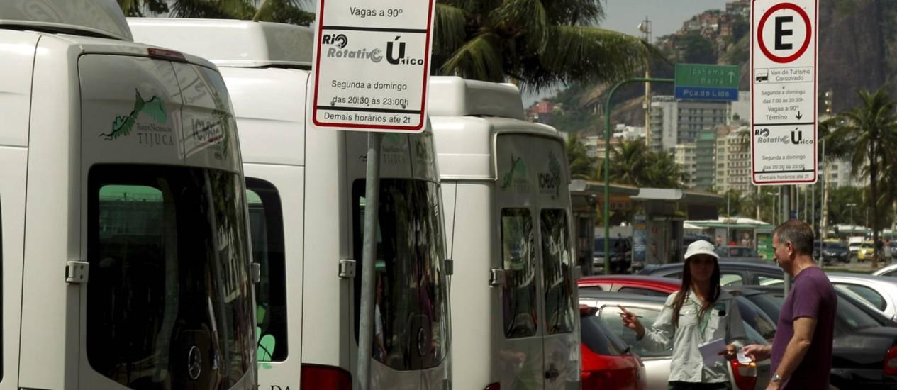 Vans para o Corcovado agora também saem da Praça do Lido, em Copacabana Foto: Gabriel de Paiva / O Globo