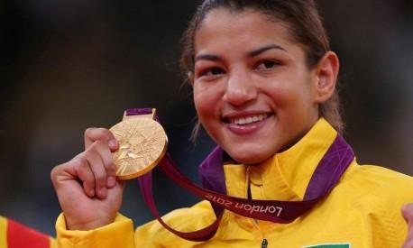 Sarah Menezes com a medalha de ouro que conquistou em Londres-2012 Foto: Ivo Gonzalez