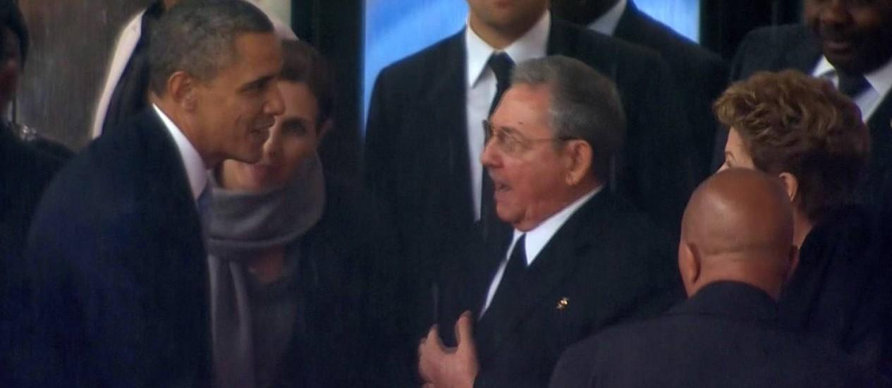 Ao lado da presidente Dilma Rousseff (à direita na foto), Barack Obama e Raúl Castro apertam as mãos Foto: AP/reprodução de TV