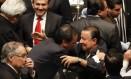 Os senadores governistas Emilio Gamboa e Daniel Amador Gaxiola, articuladores do projeto, comemoram a decisão Foto: HENRY ROMERO / REUTERS