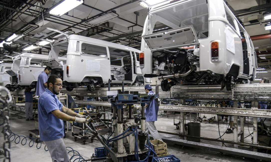 Funcionários montam kombis em fábrica da Volkswagen em São Bernardo do Campo (SP) Foto: Paulo Fridman / Bloomberg