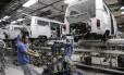 Funcionários montam kombis em fábrica da Volkswagen em São Bernardo do Campo (SP)