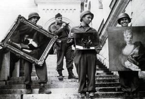 Soldados aliados recuperam obras na Alemanha em 1945 Foto: Laurel Publishing