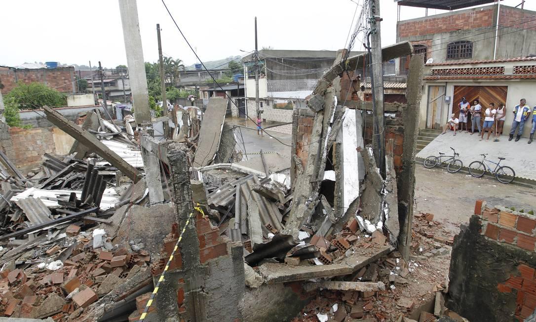 Sete casas que estavam sendo construídas em terreno na Rua B do biarro Carmati, desabaram com a chuvas Foto: Márcia Foletto / O Globo