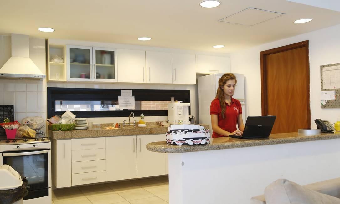 A aluna Alana Bottega na cozinha de seu apartamento dentro da escola Foto: Ana Branco / Agência O Globo
