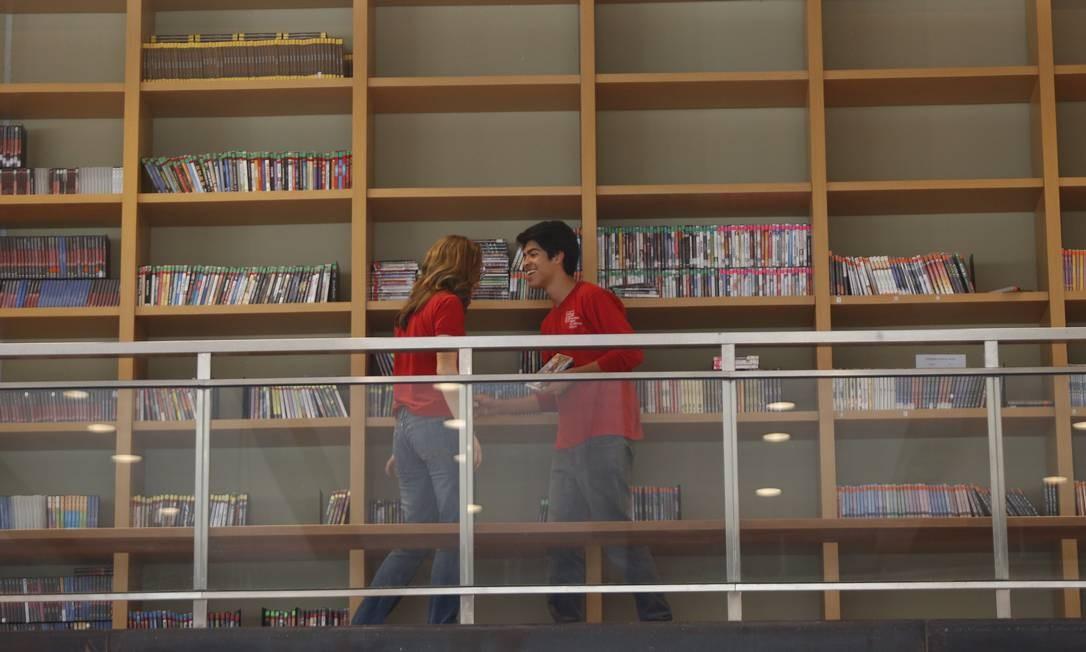 Alunos consultam livros na biblioteca Foto: Ana Branco / Agência O Globo