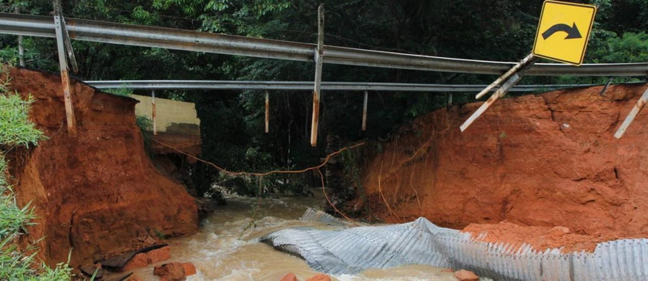 Ponte na RJ-230 arrastada por enxurrada em Bom Jesus de Itabapoana Foto: Carlos Grevi / Agência Ururau