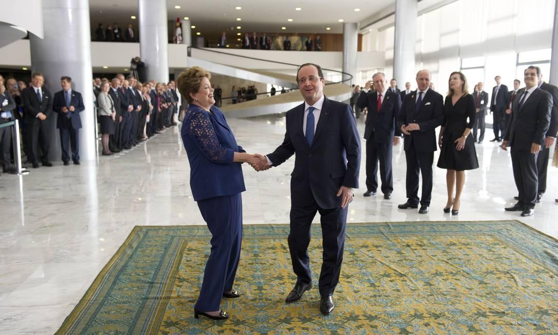 A presidente Dilma Rousseff cumprimenta o president da França, François Hollande, na chegada dele ao Palácio do Planalto. Os dois conversaram sobre Copa do Mundo Foto: ALAIN JOCARD / AFP