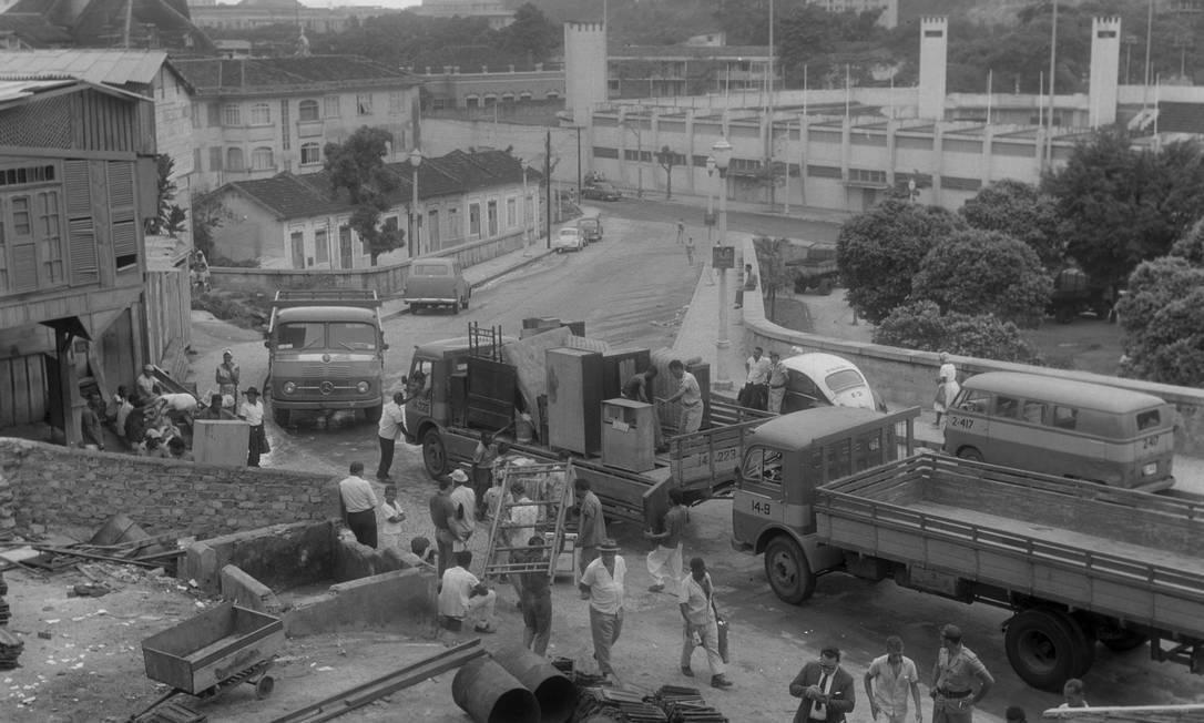 Remoção da Favela do Pasmado em 14/01/1964. Ao fundo, o Estádio do Botafogo Foto: Arquivo O Globo
