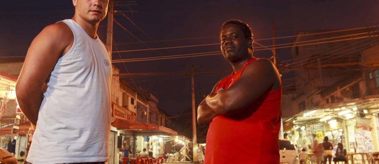 """Dupla. Cavi Borges e Leandro firmino, diretor e ator do longa """"Cidade Deus 10 anos depois"""", fazem exibição do filme em Vila Kennedy, Zona Oeste do Rio."""