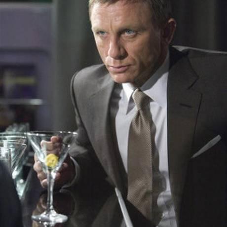 O ator Daniel Craig na pele de James Bond e seu indefectível vodka martini: consumo de álcool incompatível com vida de ação e mulheres Foto: Reprodução