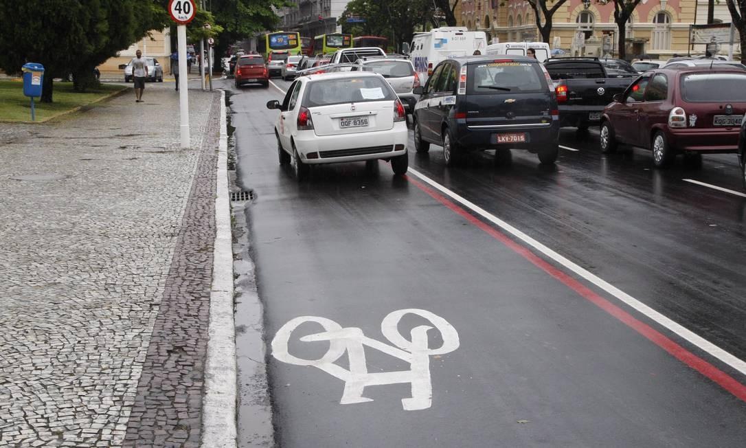 Carro ocupa todo o espaço da faixa exclusiva para ciclistas Foto: Márcio Alves / Agência O Globo