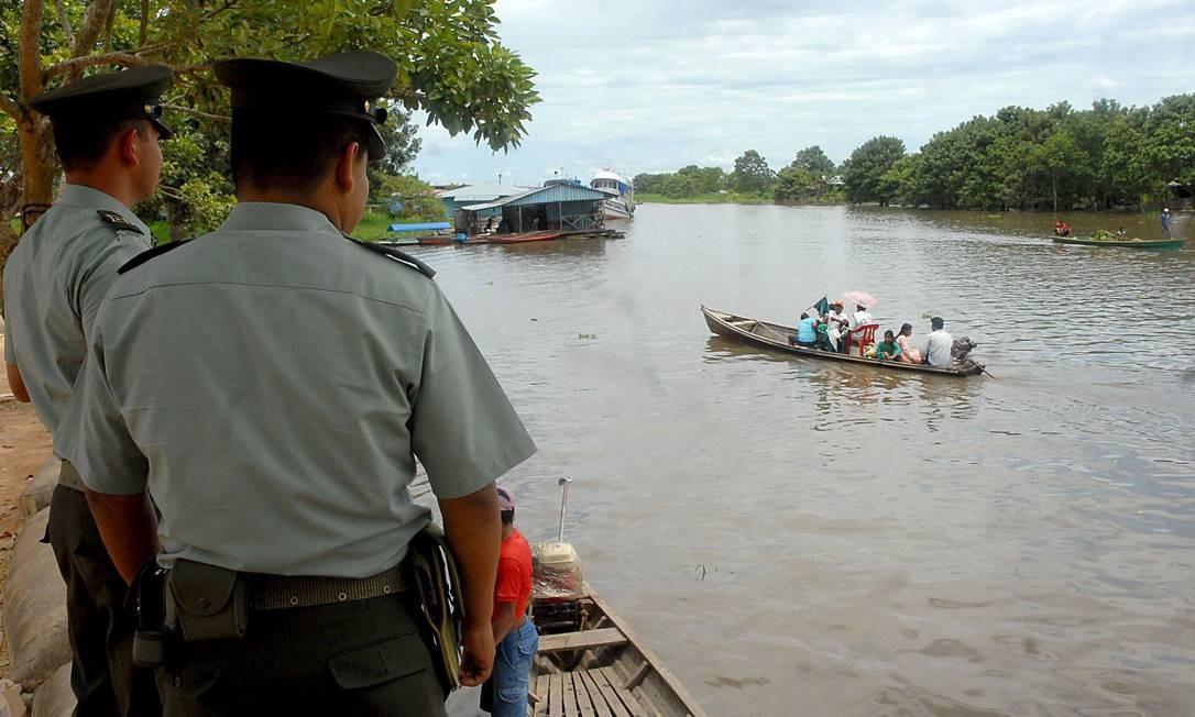 """No Rio Solimões, barcos são revistados por agentes da Polícia em busca de drogas. O rio tornou-se uma das principais travessias para os """"mulas"""" do tráfico Foto: Valter Campanato"""