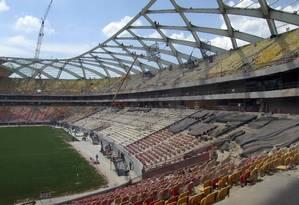 As obras na Arena da Amazônia. Dois operários já morreram na construção do estádio Foto: Gary Hershorn / Reuters