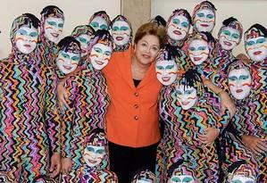 Abraçaço. Dilma com um grupo de ginástica acrobática Foto: Reprodução