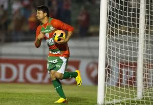 Pivô. Héverton comemora o gol que fez contra o Goiás no Brasileiro Foto: Marcelo Machado de Melo/Fotoarena / FotoArena