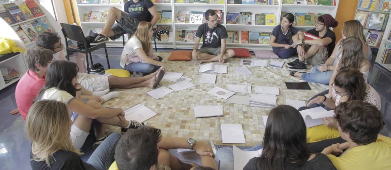 No Colégio Ofélia Fonseca, em São Paulo, o professor de Metodologia para TCCs, André Renato Oliveira Silva, orienta os alunos Foto: Eliária Andrade / Eliária Andradeo