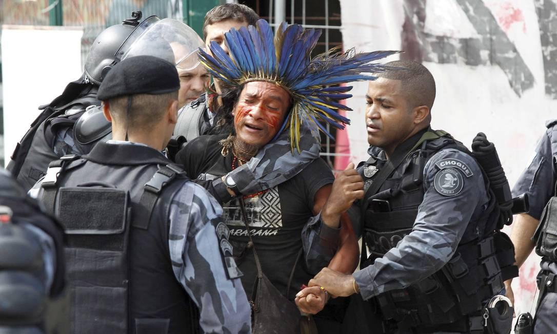 Policiais do Batalhão de Choque detém índio que ocupava terreno no Maracanã Foto: Pablo Jacob / Agência O Globo